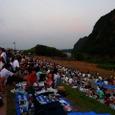 打上げ花火を待つ観衆たち